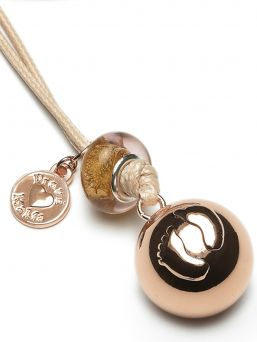 The Proud MaMa bola necklace is a beautiful jewelry for the expectant mother. There is a small xylophone inside the jewelry. The magical sound of the jewelry soothes the baby in the womb and later outside the womb.