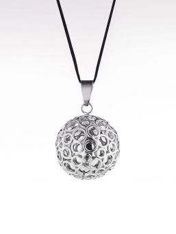 A little magic to soothe baby and beautify mom with the Cache Coeur Bulles pregnancy bola all in rhodium. The bola hides a small bell, the sound of which baby can hear inside mom's womb.