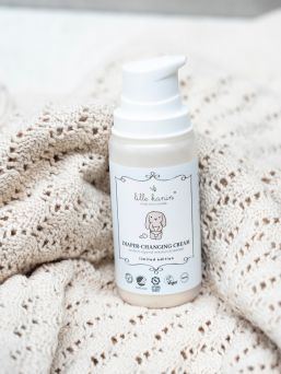 Lille Kanin Diaper-Changing Cream keeps the skin dry under the diaper by absorbing the moisture of the diaper. At the same time, it protects and cares for the skin.