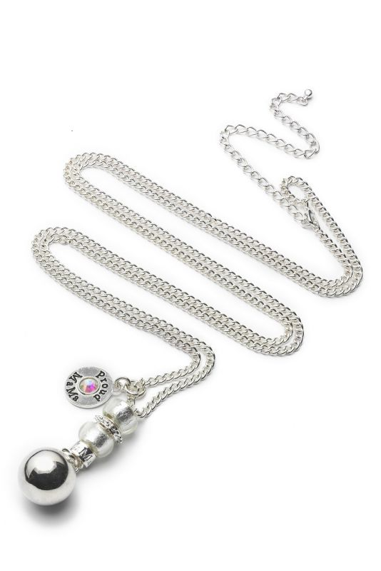 The Proud MaMa Babybell Deluxe bola necklace is a beautiful jewelry for the expectant mother. There is a small xylophone inside the jewelry. The magical sound of the jewelry soothes the baby in the womb and later outside the womb.