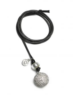 The Proud MaMa Babybell Bling bola necklace is a beautiful jewelry for the expectant mother. There is a small xylophone inside the jewelry. The magical sound of the jewelry soothes the baby in the womb and later outside the womb.
