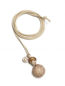 The Proud MaMa Bling rosegold bola necklace is a beautiful jewelry for the expectant mother. There is a small xylophone inside the jewelry. The magical sound of the jewelry soothes the baby in the womb and later outside the womb.