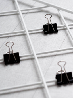 10 black binder clips.