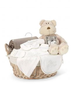 Mamas and Papas beautiful Welcome to the World hamper is extra special and luxurious gift, perfect for welcoming the new arrival. This neutral hamper is suitable for both boys and girls and includes a '50% mama, 50% papa' all in on.