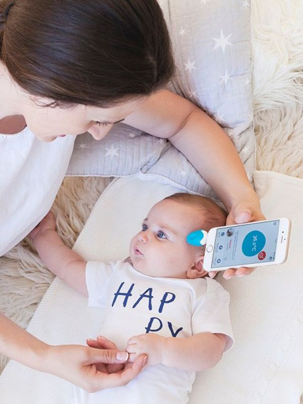 The modern Oblumi Tapp thermometer that measure temperature accurate with infrared light, both in the ear and on the forehead!