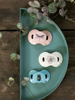 Pacifier is produced exclusively for Elodie Details by well renowned swedish manufacturer Esska that guarantees highest quality available. Constructed of silicone. It is thoroughly tested for safety and fulfils the European safety standard EN-1400. Suitable from 3 months onwards.