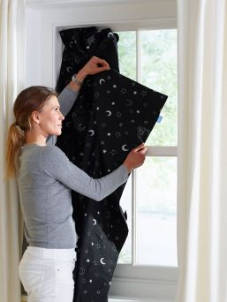 Bright spring and summer bring challenges to a child's sleep rhythm. With Gro Company's GroAnywhere Blind, you can easily and effortlessly create a dark sleeping environment in your child's room.