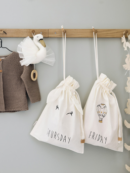 Style My Week Monday-Sunday cotton bags. Make it easy for everyday life and anticipate day-to-day clothing and accessories for children in supershot bags.